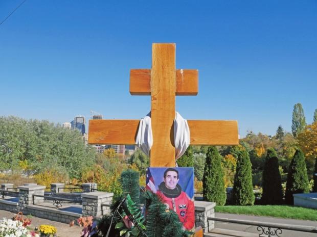 Вдова космонавта Каденюка немає грошей встановити пам'ятник на могилі чоловіка