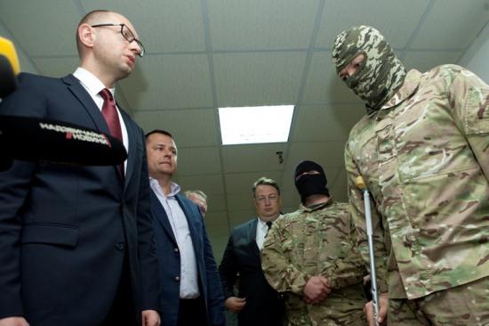 Командиров батальонов наградили пистолетами и пообещали тяжелое вооружение