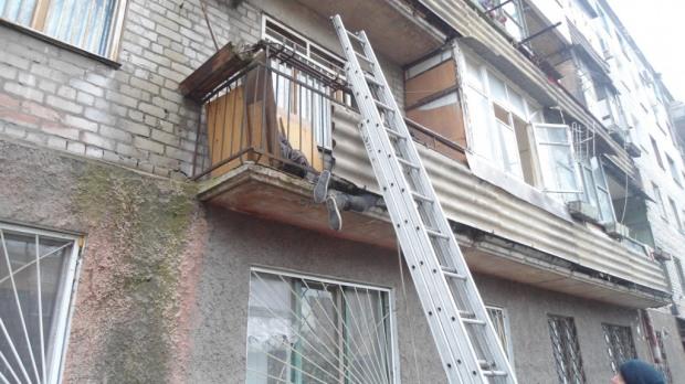 В Каменском женщина застряла на балконе