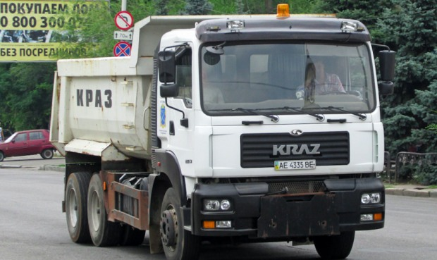 «Не придатний до експлуатації» КРАЗ вивозить сміття з Дніпра