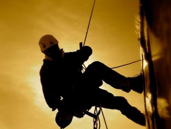 В Павлограде спасатели сняли с крыши котельной горе-альпиниста