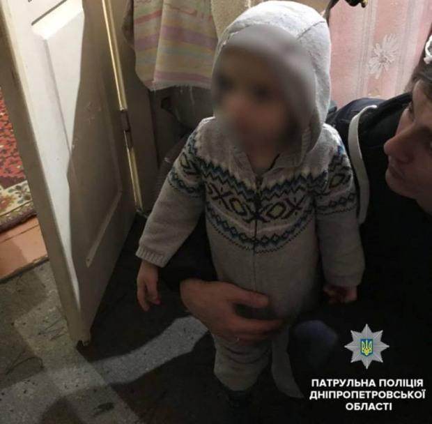 В Днепре 2-летний мальчик сам посреди ночи гулял по двору частного дома