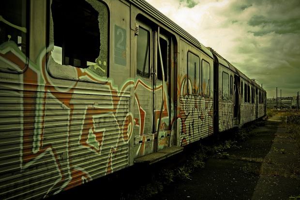 Вандалы граффити остановили на Днепропетровщине пригородный поезд