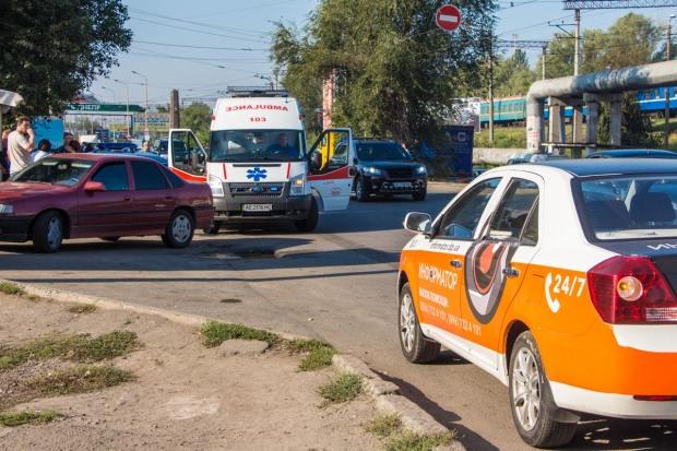 В Днепре возле школы автомобиль сбил 13-летнюю девочку
