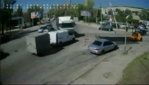 Опубликовано видео момента масштабной аварии на Космической в Днепре