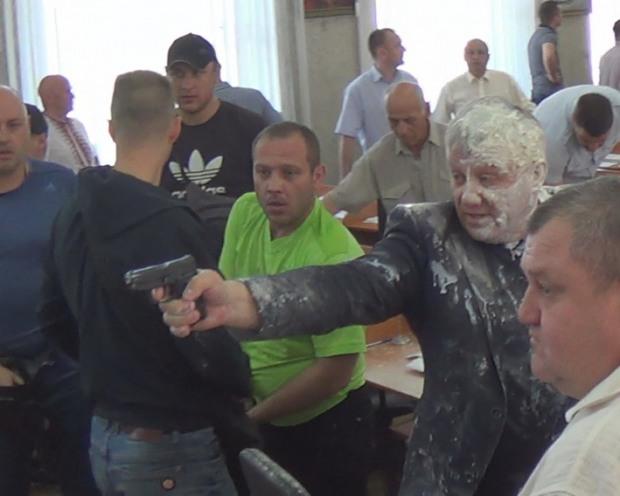 На внеочередной сессии Никопольского горсовета произошла стрельба