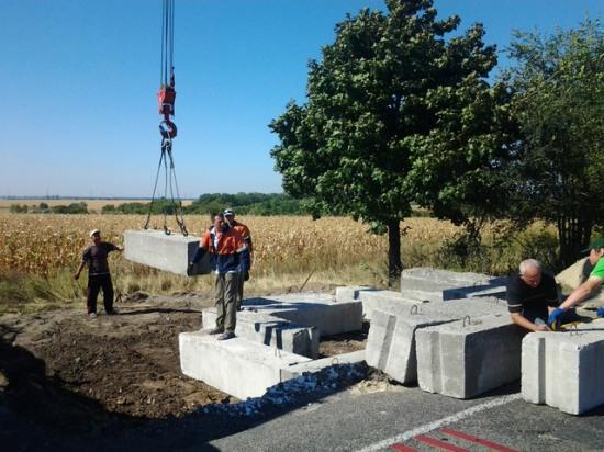 Под Днепродзержинском возводят бетонный блокпост