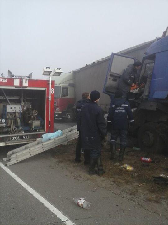 На трассе под Днепропетровском столкнулось 5 автомобилей, есть погибшие