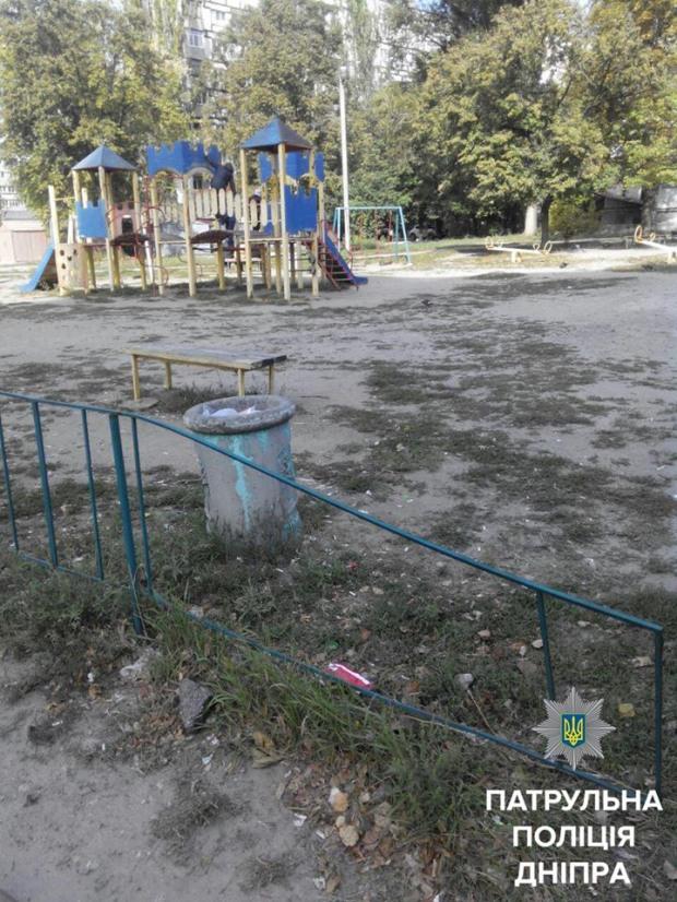 Четверо вандалов выломали железные прутья ограды детской площадки