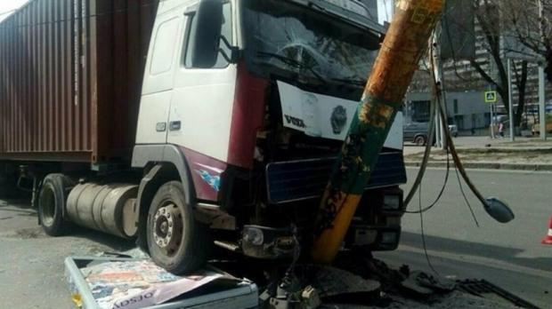 В Днепре грузовик въехал в электроопору: приостановлена работа троллейбусов