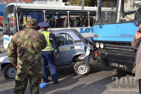 Автобус с военными повредил три автомобиля