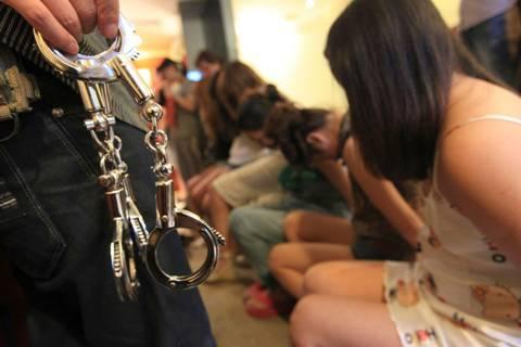 Днепропетровские полицейские задержали преступников, которые отправляли женщин в ОАЕ