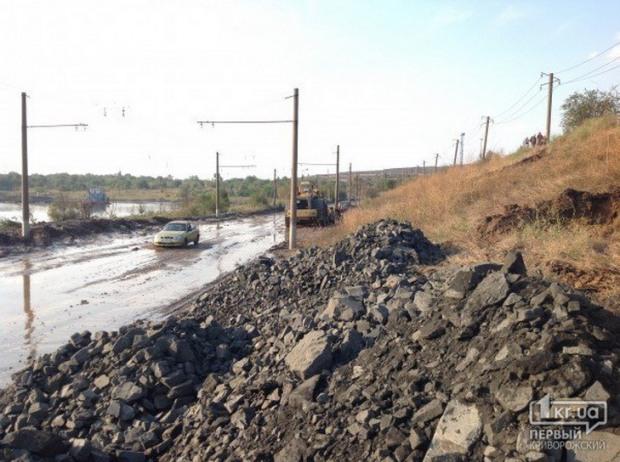В Кривом Роге смещение горной породы перекрыло дорогу