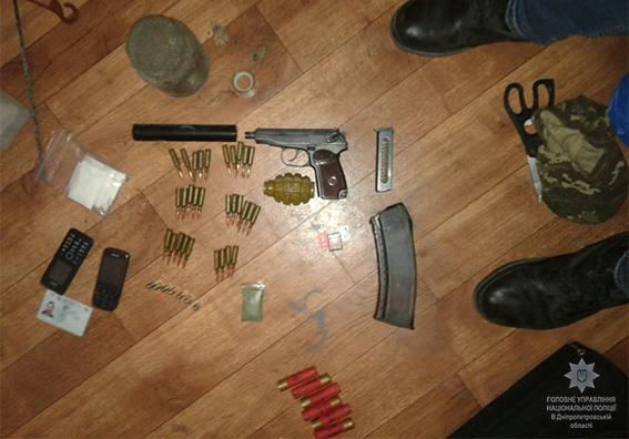 На Днепропетровщине бросали из окна оружие и баррикадировались от полиции