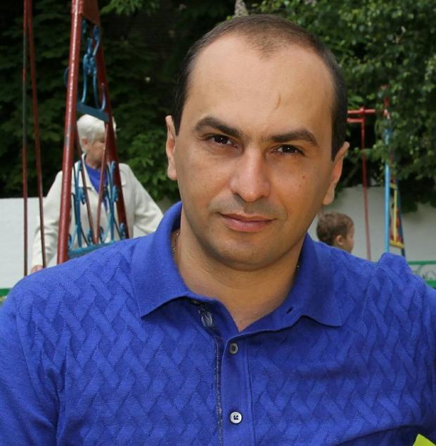 Депутат городского совета Эдуард Багдасарян поздравляет с Днем строителя