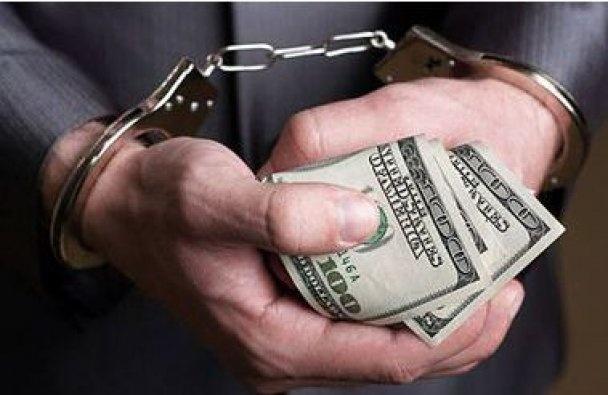 Следователя, помогающего подозреваемому,  задержали при получении взятки