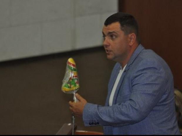 В Днепре на заседании депутату подарили леденец неприличной формы