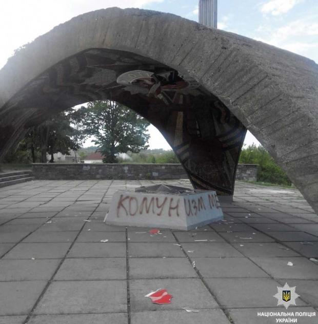 В Днепре неизвестные повредили монумент «Безымянная высота»