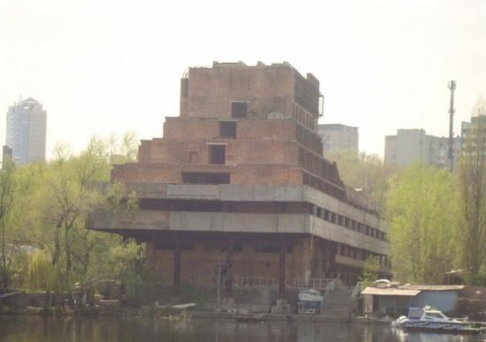 От «Привата» «уплывает» водно-спортивная база «Локомотив»
