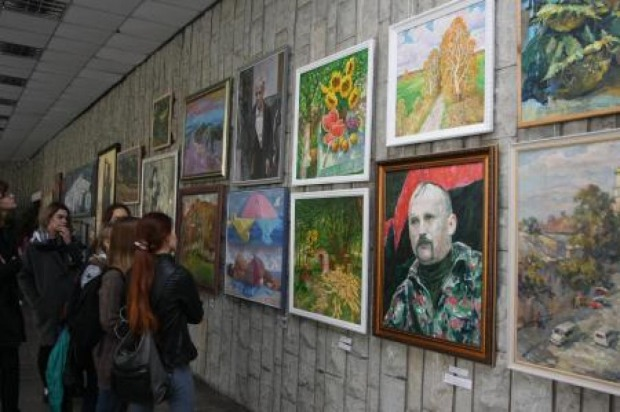 В Днепре художники со всей Украины представляют «Чарівні барви Дніпра»