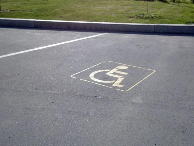 В Днепре зарисовали места для парковки инвалидов