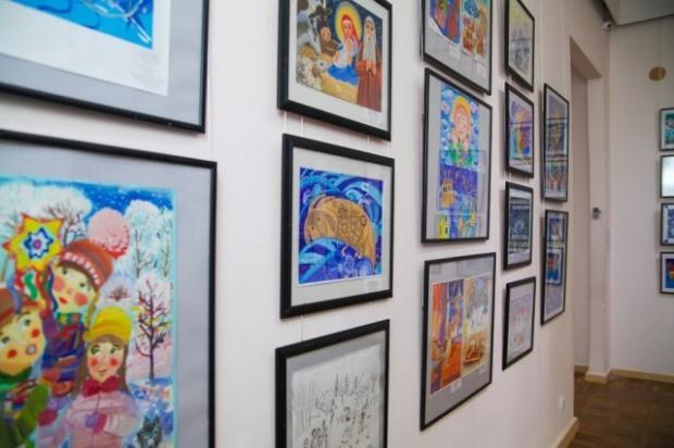 В Днепре проходит выставка юных художников области «Рождественские праздники»