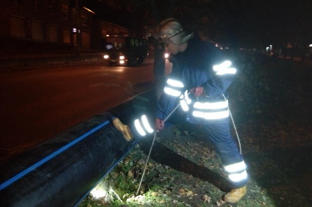 В Днепре мальчика с отцом спасли из канализационного колодца