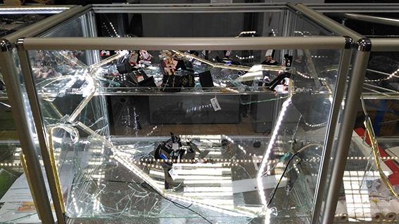 Трое с автоматами ворвались в ювелирный магазин