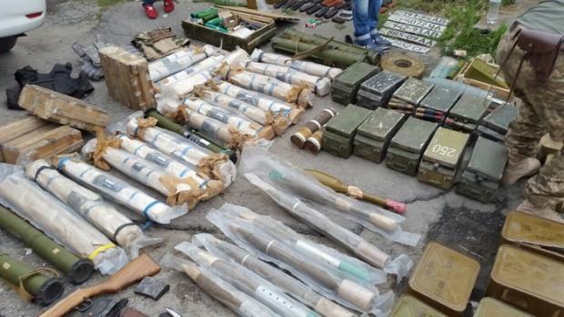 Днепровцы загрузили гараж крупным арсеналом оружия из зоны АТО