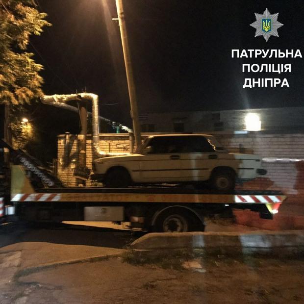 Полиция Днепра отправила машину нарушителя на штраф-площадку