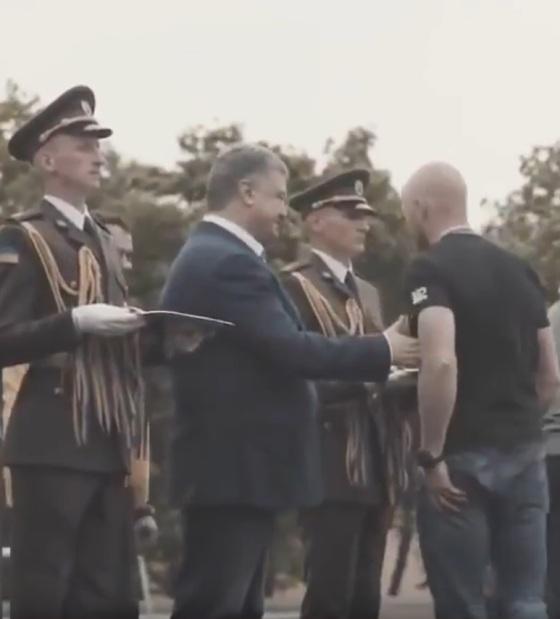 Ветеран АТО проигнорировал рукопожатие с Порошенко (ВИДЕО)