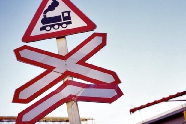 На Днепропетровщине иномарка «прыгнула» под пригородный поезд