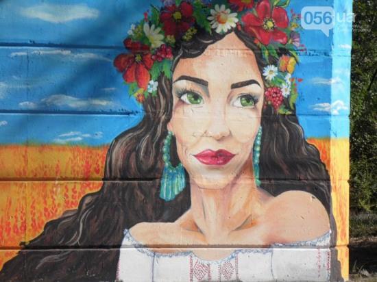 На Кайдакском мосту появилось ещё одно патриотическое граффити