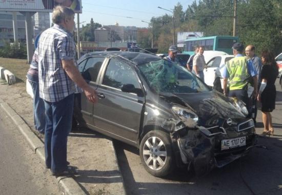Кто спровоцировал аварию с перевернутым автомобилем на съезде с моста