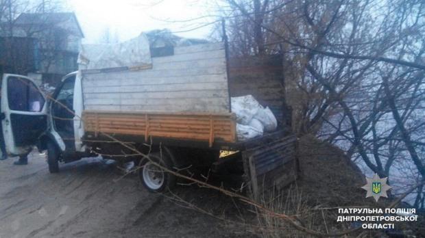 Двое мужчин «наполняли» Днепр строительным мусором