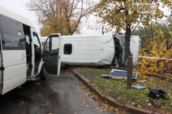 В Кривом Роге ДТП с участием двух маршруток: погиб пешеход и 13 человек получили травмы