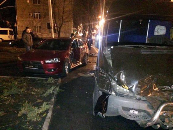 В центре Днепропетровска автомобиль столкнулся с автобусом
