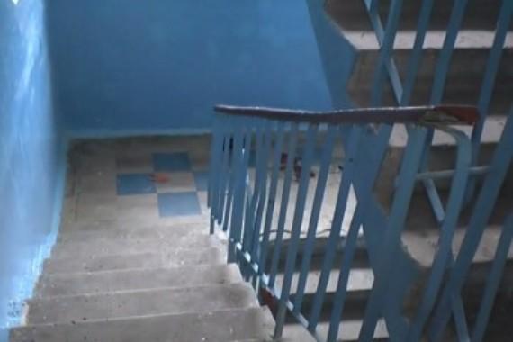 В подъезде днепропетровской многоэтажки нашли окровавленный труп