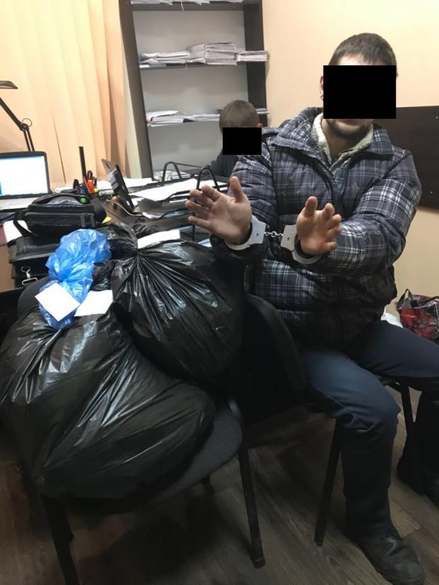 На Днепропетровщине сержант полиции торговал вещдоками – оружием и наркотиками