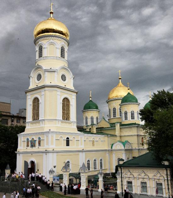 В Дніпрі підходи до православних храмів та їхні подвір'я поливають дезінфектором