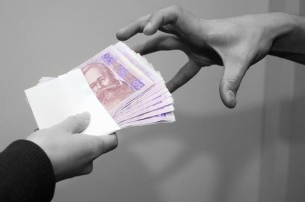 На Днепропетровщине полицейский «продавал» дело по грабежу