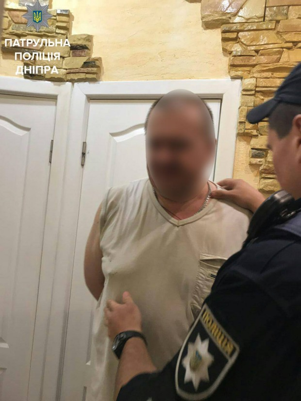 В Днепре мужчина угрожал ружьем и жаловался на тех, что ходит сквозь стены