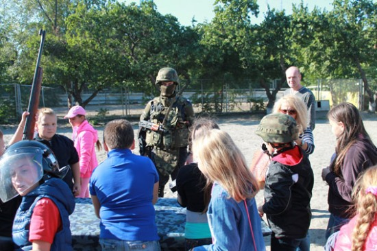 Днепропетровская милиция развлекает детей-переселенцев