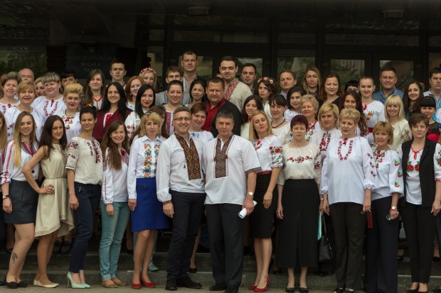 Работники Днепровского горсовета надели традиционный украинский наряд ко Дню вышиванки