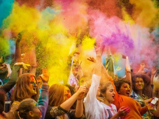 В парке Днепра несколько тысяч человек будут обсыпаться краской