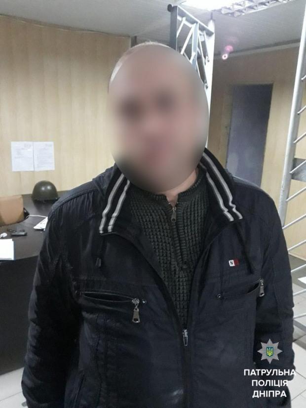 Вечером на улице неизвестный отобрал у мужчины телефон