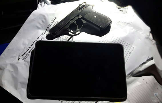 В Днепре средь бела дня неизвестный с пистолетом забрал у женщины планшет