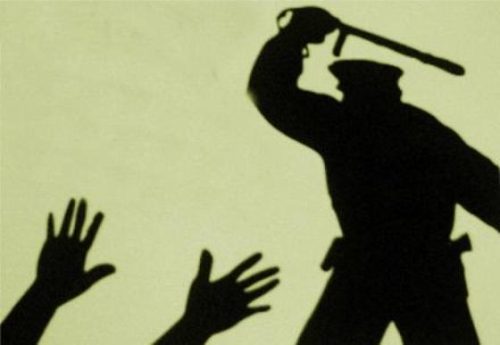 Патрульные садисты попали под следствие за издевательства над водителем