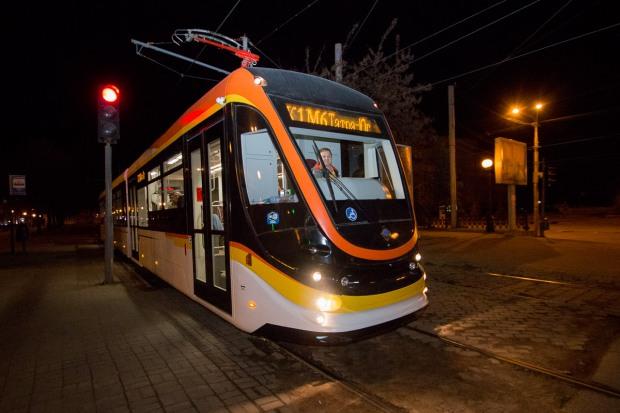 Ночью в Днепре тестировали новый современный трамвай