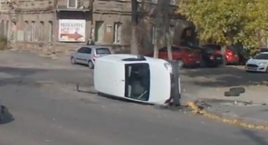 ДТП в Днепропетровске: На улице Паторжинского перевернулся автомобиль